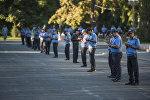 Милиционеры на старой площади Бишкека во время праздничного намаза в день Курман айта