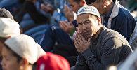 Намазга келген мусулмандар. Архивдик сүрөт