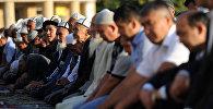 Намаздагы мусулмандар. Архивдик сүрөт