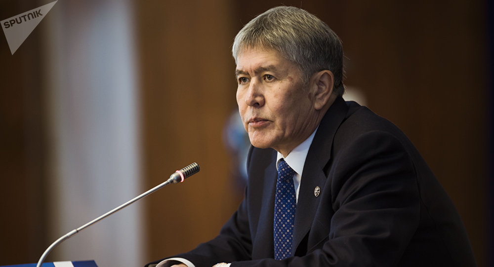 Президент КР Алмазбек Атамбаев на ежегодной пресс-конференции в государственной резиденции в Ала-Арче