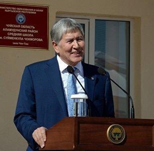 Президент Алмазбек Атамбаев балдар билим алууну эң биринчи кезекке коюшу керектигин Чоң-Таш айылында Сүймөнкул Чокморов атындагы мектептин ачылышында