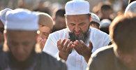 Мусульмане во время праздничного намаза в день Курман айта на старой площади Бишкека