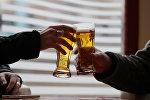 Мужчины пьют пиво за барным столом. Архивное фото