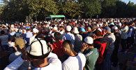 Бишкектеги Айт намазга он миңдеген киши чогулду. Эски аянттан тартылган видео