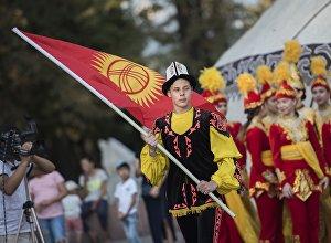 Кыргызстандын желегин көтөргөн бала. Архив