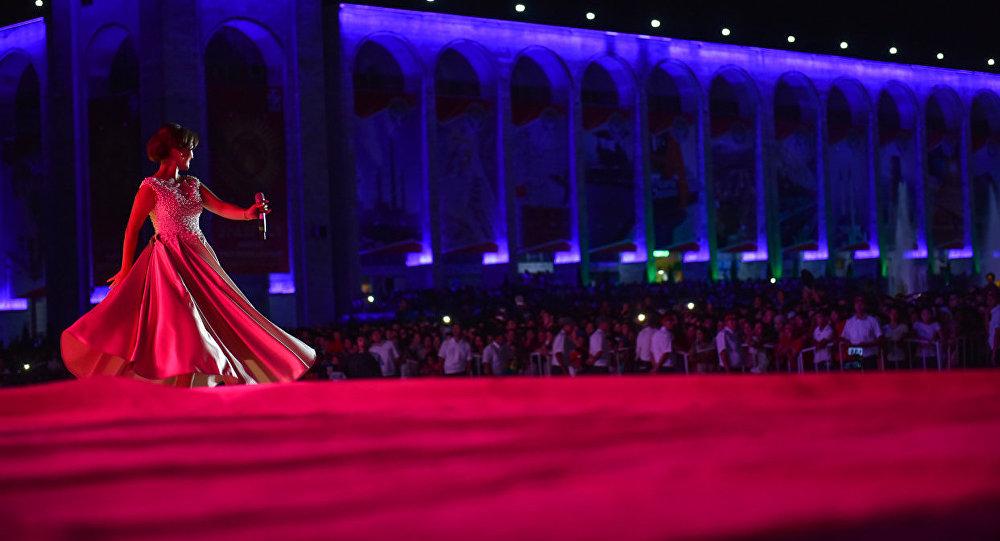 Артист выступает на сцене во время праздничного концерта. Архивное фото