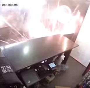 В пиццерию подбросили горящую салютную установку — видео из Ливерпуля