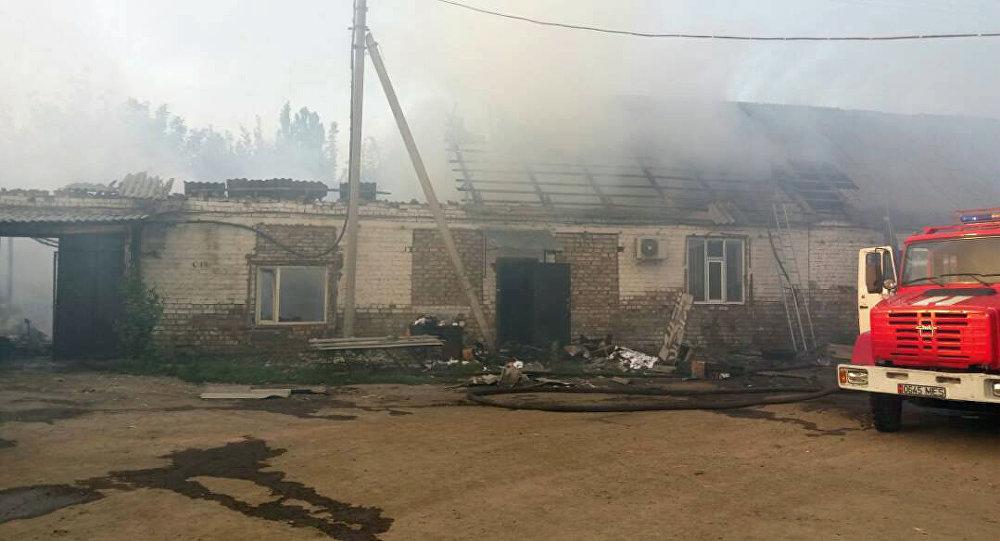 В Бишкеке горят склад и административное здание на рынке Азиз по улице Махатмы Ганди