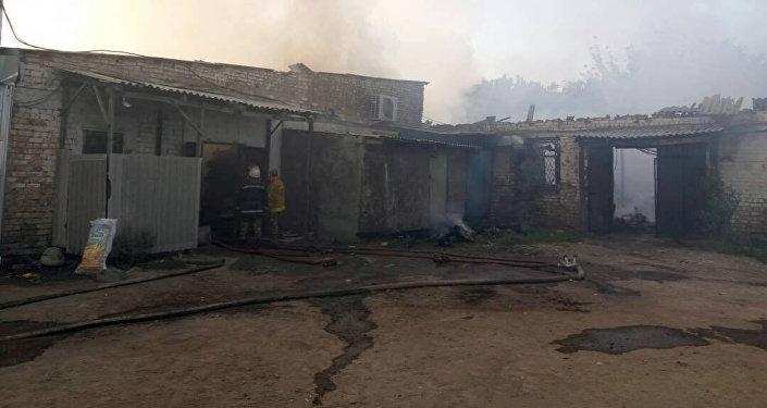 Пожар в складе и административном здании на рынке Азиз по улице Махатмы Ганди