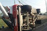 На трассе в Кара-Сууйском районе Ошской области опрокинулся бензовоз