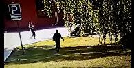 Мужчина высунулся из люка, а машина раздавила его — шокирующее видео