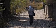 Женщина идет по улице. Архивное фото