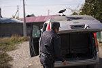 Сотрудник МВД КР проверяет остановленный автомобиль. Архивное фото
