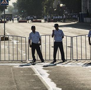 Сотрудники милиции перекрывают площадь Ала-Тоо в Бишкеке. Архивное фото