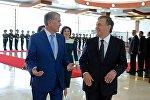 Президент КР Алмазбек Атамбаев и глава Узбекистана Шавкат Мирзиёев во время встречи в международном аэропорту Манас