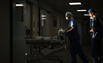 Врачи в отделении реанимации в больнице. Архивное фото