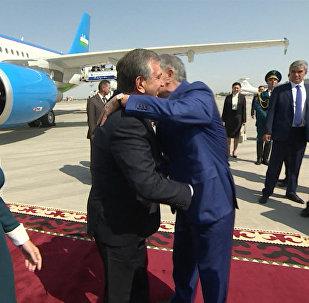 Президенты обнимались и улыбались — как Атамбаев встретил Мирзиёева