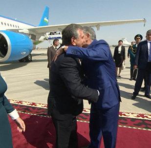 Көптөн күткөн жолугушуу: Атамбаев өзбек президенти Мирзиёевди тосуп алды