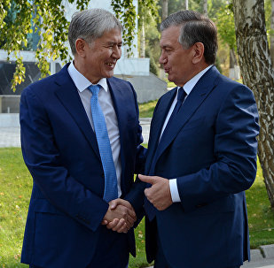Президент Кыргызстана Алмазбек Атамбаев в ходе встречи с президентом Узбекистана Шавката Мирзиёева, прибывшим в КР с государственным визитом