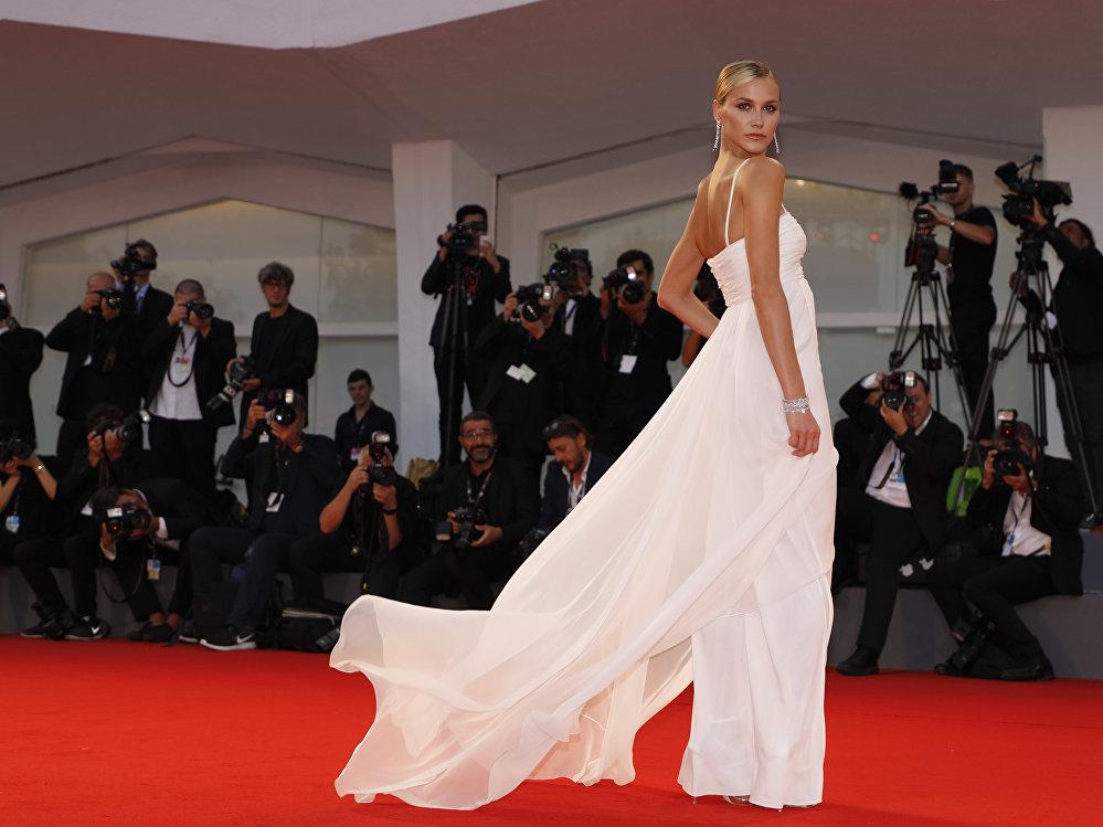 Быйыл Венеция кинофестивалынын негизги конкурстук программасына 21 тасма кирген. Сүрөттө бразилиялык модель Рената Куэртен