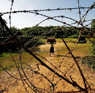 Человек из племени рохинджа, несущий свои вещи, подходит к границе Бангладеш-Мьянма в Бандарбане. Архивное фото