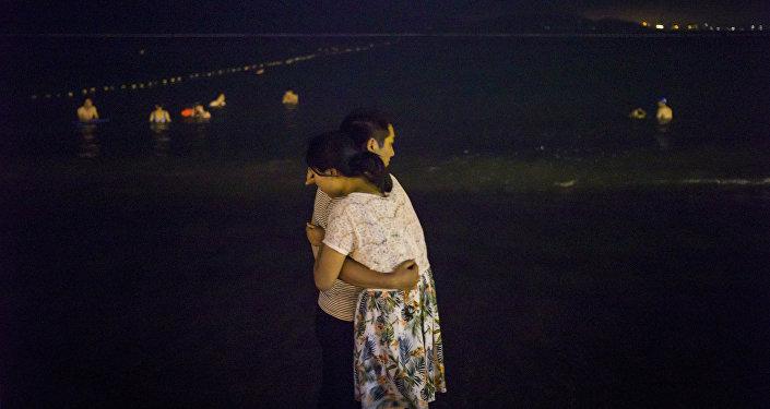 Влюбленная пара в Китае. Архивное фото