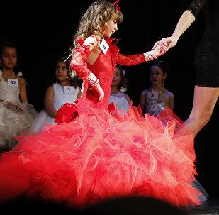 Участница детского конкурса красоты. Архивное фото
