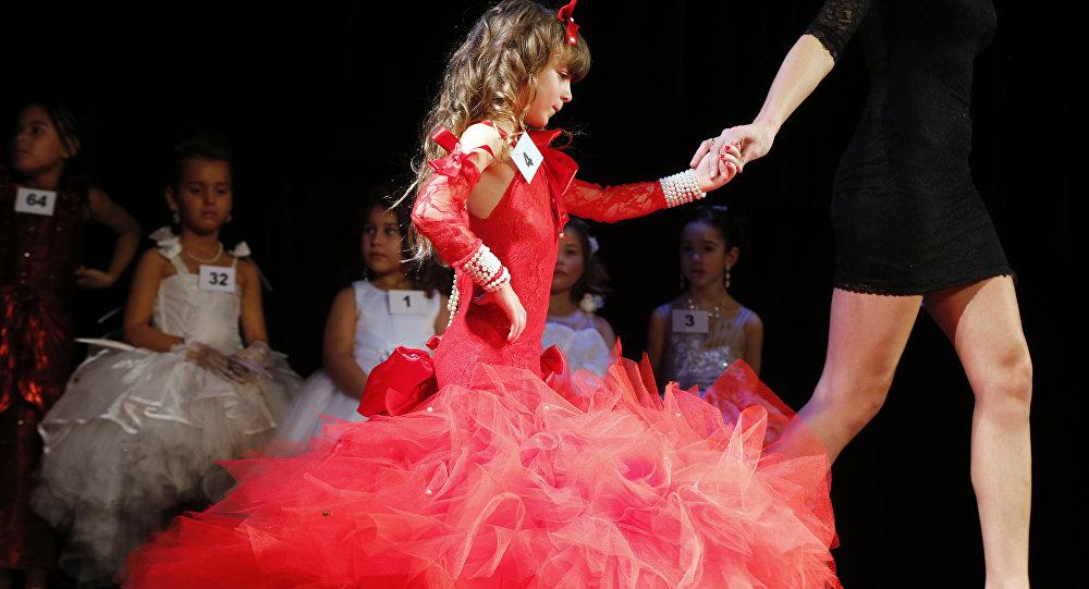 Участница конкурса красоты среди девочек. Архивное фото
