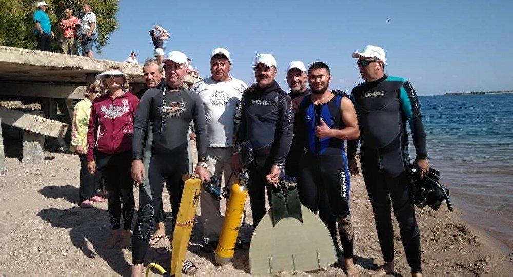 Профессиональные пловцы и любители эстафеты проплыли большое расстояние на Иссык-Куле — порядка 65 километров