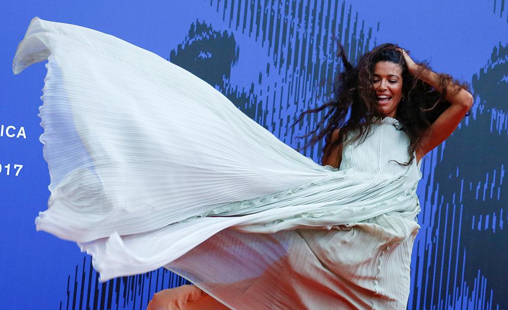 Тунис тектүү модель жана теле алып баруучу Афеф Жнифен The Franca Sozzani Award сыйлыгын тапшыруу аземинде