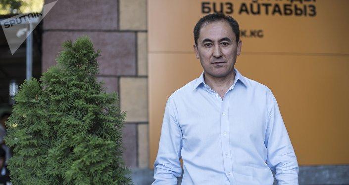 Лидер партии Мекен ынтымагы Темирбек Асанбеков у здания ИА Sputnik Кыргызстан