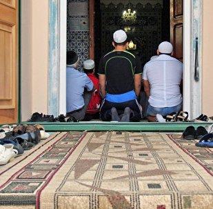 Мусульмане во время чтения молитвы в мечети. Архивное фото