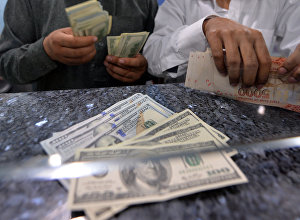 Мужчины считают деньги. Архивное фото