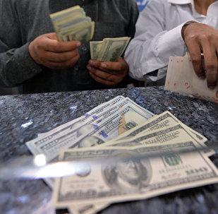 Мужчины считают деньги в обменке. Архивное фото