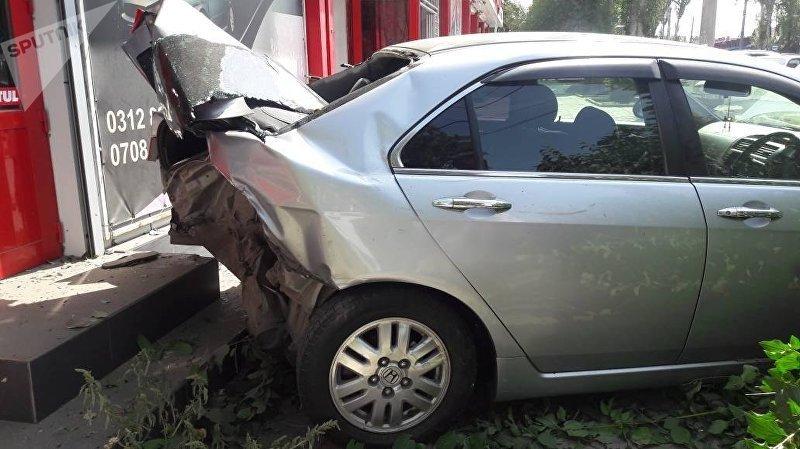 В Бишкеке легковушка протаранила два автомобиля