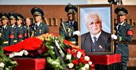 Улуттук гвардиянын офицерлери Турдакун Усубалиевдин портрети менен.