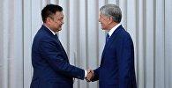 Дүйшөнбек Зилалиев жана президент Алмазбек Атамбаевдин архивдик сүрөтү
