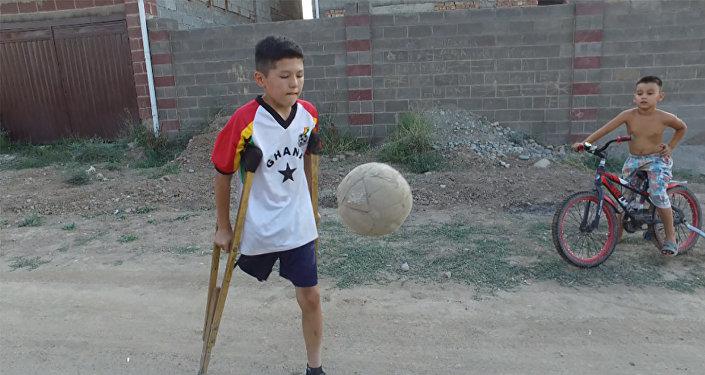 Буту жок бала футбол ойноп интернетти жарды. Таланттуу Азистин тарыхы