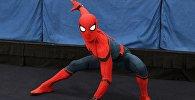 Аниматор в костюме человека паука. Архивное фото