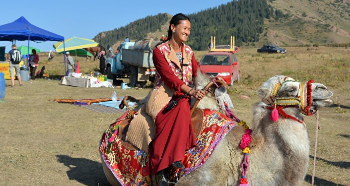 Девушка в национальном костюме на фестивале национальных игр на джайлоо Боз-Салкын