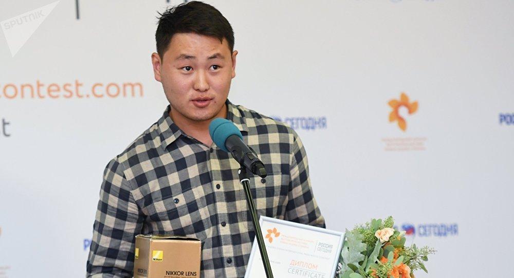 Sputnik Кыргызстан агенттигинин фото кабарчысы Табылды Кадырбеков Андрей Стенин атындагы фото сынактын жеңүүчүлөрүнүн бири болду