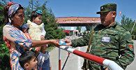Кыргыз өзбек чек арасынан өтүп аткан жаран. Архивдик сүрөт