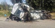 Последствия жесткого столкновения микроавтобуса и автомобиля Daewoo Matiz на трассе Ош — Кара-Суу