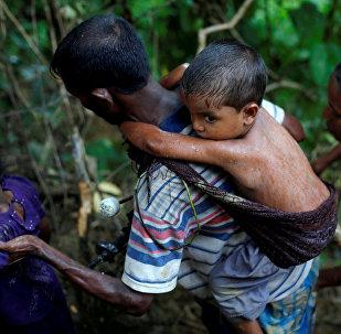 Представители рохинджа поднимаются на холм. Архивное фото