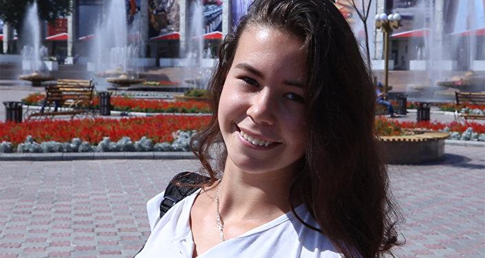 Незнакомец громко восхищается красотой бишкекчан — их реакция бесподобна!
