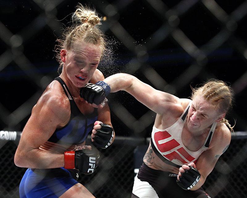 Тайбоксер из КР Валентина Шевченко одержала победу над своей соперницей из США Холли Холм в поединке турнира UFC в Чикаго (штат Иллинойс, США).  Всего было пять раундов, по итогам которых судьи единогласно присудили победу Шевченко. Счет поединка — 49:46 в пользу кыргызстанки