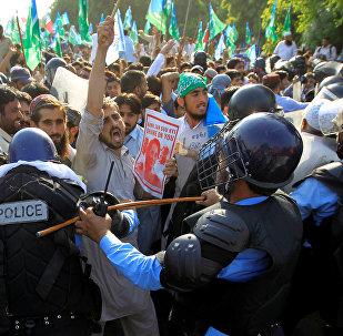 Представители рохинджа пытаются прорваться через полицейские ограды во время протестов в Исламабаде, Пакистан 8 сентября 2017 года