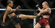 UFC уюмунун эң жеңил салмактагы чемпиону Валентина Шевченко эзелки атаандашы Аманда Нуньес менен. Архивдик сүрөтү