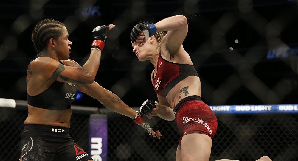 Спортсменка из Кыргызстана Валентина Шевченко во время боя с бразильянкой Амандой Нуньес в реванш-поединке турнира UFC 215 в Эдмонтоне (Канада)