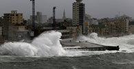 Гигантские волны урагана Ирма на гаванской набережной Малекон. 9 сентября 2017 года